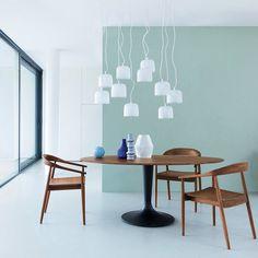 salle a manger bois mur mint vert bleu chaise en bois années 50 fifties moderne peinture mur bleu gris clair