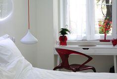 Những màu cam, xanh, đỏ là những màu thường được sử dụng trong các loại neon bởi sự tươi tắn của chúng. Ngay cả trong phòng tắm, mọi thứ cũng rất sặc sỡ và trông thú vị