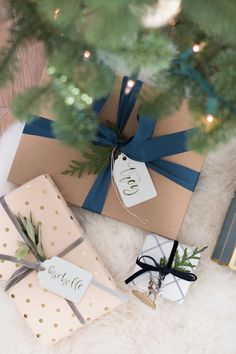 Check out modern and cozy Christmas gift wrapping ideas plus hundreds of Christmas party ideas, Christmas cocktail recipes, Christmas cookie recipes + more! Christmas Gift Wrapping, Diy Christmas Gifts, All Things Christmas, Holiday Gifts, Christmas Decorations, Christmas Recipes, Christmas Outfits, Santa Gifts, House Decorations