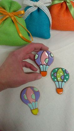 ceramic as a craft: hot air balloons magnet. Beautiful, cheerful, colorful and original ! Diy Clay, Clay Crafts, Diy And Crafts, Arts And Crafts, Ceramic Houses, Ceramic Clay, Ceramic Pottery, Clay Ornaments, Paperclay