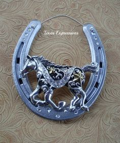 Silver horseshoe with black, gold and silver horse and Swarovski Crystal embellisments. Horseshoe Projects, Horseshoe Crafts, Horseshoe Art, Horseshoe Decorations, Horseshoe Ideas, Western Crafts, Rustic Crafts, Western Decor, Equestrian Decor
