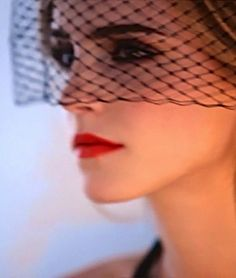 Emma Watson - sous une voilette, un regard diabolique