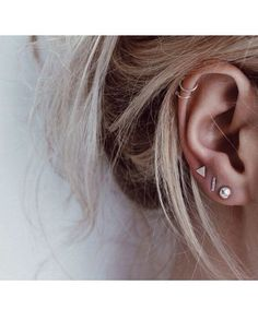 Trending Ear Piercing ideas for women. Ear Piercing Ideas and Piercing Unique Ear. Ear piercings can make you look totally different from the rest. Piercings Bonitos, Ear Peircings, Cute Ear Piercings, Cartilage Piercings, Cartilage Hoop, Piercings For Small Ears, Multiple Ear Piercings, Piercing Chart, Cute Cartilage Piercing