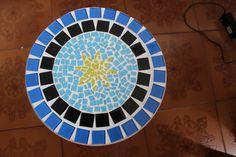 Detalhe de banquinho de mdf com mosaico.
