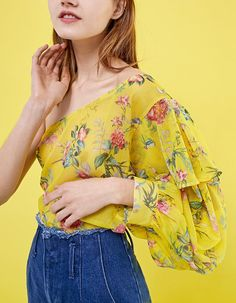 Cause a sensation with the latest fashion trends for women from Stradivarius. Find new dresses, jeans or jumpsuits for Spring& Made with love! 2020 Fashion Trends, Fashion 2020, Fall Winter, Autumn, Late Summer, Women's Summer Fashion, New Dress, Latest Trends, Kimono Top