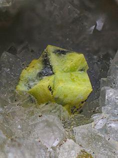 Bindheimite pseudomorphosant Ullmannite (mâcle) Hendre Felen Mine Photo Stephen Rust