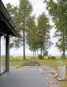 Pihapiirin siistinä pidettävät nurmet päättyvät rantakaislikkoon. Rantasaunalta Kuokkasten suku on seurannut auringonlaskuja ja meren liikkeitä yli 30 vuoden ajan.