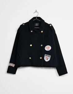 Abrigo corto militar botones dorados. Descubre ésta y muchas otras prendas en Bershka con nuevos productos cada semana