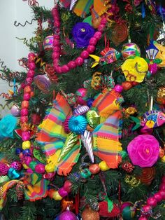 A Mexican Christmas tree, so very colorfull from Compartiendo Magia at FB Mexican Christmas Decorations, Christmas Tree Themes, Noel Christmas, Xmas Tree, Christmas Tree Decorations, Christmas Wreaths, Christmas Crafts, Christmas Ornaments, Spanish Christmas