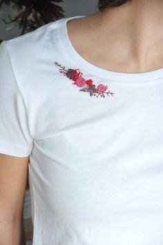 Hand – collar FLEURI partially embroidered organic cotton T-shirt - Hand Embroidery Stitches Embroidery On Clothes, Embroidery Flowers Pattern, Simple Embroidery, Embroidered Clothes, Hand Embroidery Stitches, Embroidery Fashion, Hand Embroidery Designs, Embroidery Ideas, T Shirt Embroidery