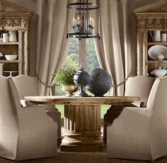 Sillas, sobre la mesa, candelabro, off white china :)