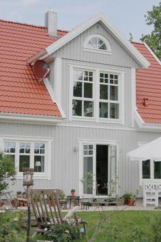 Pildiotsingu grey house with red roof tulemus Exterior Paint Colors For House, Paint Colors For Home, Exterior Colors, Exterior Design, Roof Design, Metal Roof Houses, Red Roof House, Grey Houses, Swedish House