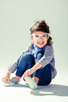 Para que tus hijos disfruten de usar lentes, debes dejar que escojan lentes con un armazón que les guste.