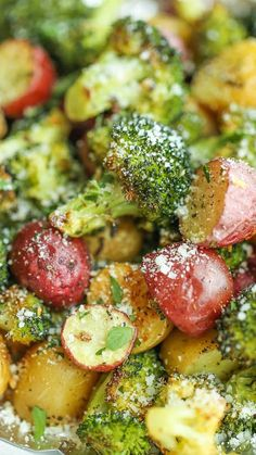 Garlic Parmesan Broccoli and Potatoes in Foil Garlic Parmesan Broccoli and Potatoes in Foil – The easiest, flavor-packed side dish EVER! Wrap everything in foil, toss in your seasonings and you're set! Broccoli And Potatoes, Parmesan Broccoli, Broccoli Recipes, Garlic Parmesan, Veggie Recipes, Vegetarian Recipes, Cooking Recipes, Healthy Recipes, Parmesan Potatoes