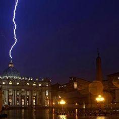 Le immagini della Bbc catturano l'attimo in cui il fulmine si abbatte sulla cupola di San Pietro nel giorno della rinuncia al pontificato di Benedetto XVI