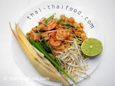 Pad Thai serviert mit einer Bananenblüte Thai Recipes, Noodles, Food, Banana, Pad Thai Recipes, Macaroni, Eten, Noodle, Meals