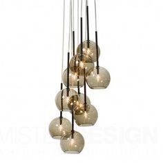 De Ice Chandelier 9 van &Tradition, ontworpen door Sofie Refer is een moderne, exclusieve kroonluchter met negen met de mond geblazen heldere glazen ballen. De hanglamp is geïnspireerd door de rijke en spectaculaire uitstraling van traditionele kroonluchters, maar met zijn eenvoudige en asymmetrische ontwerp heeft de Ice Chandelier een moderne Scandinavische uitstraling.   De Ice Chandelier hanglamp is verkrijgbaar in 3 mooie kleuren: transparant, goud en zwart. De ophanging en plafondkap…