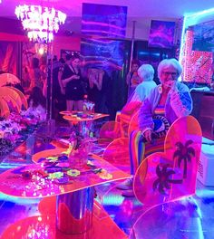 All hail Mz Queen Thang @baddiewinkle at Motelscape with @marinafini 's dreamy plexi installation!! Come thru~ 954-289-6319 to get full suite # & password ☎️