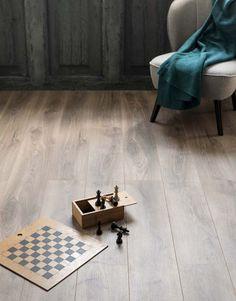 KARWEI | De mooie diepbruine kleur van deze vloer geeft je interieur een extra warme uitstraling.