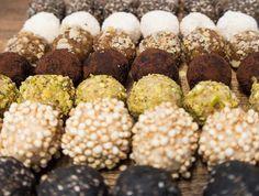Hast du schon mal Energiekugel Rezepte probiert? Energyballs sind zucker-, laktose-, und glutenfrei. Also für jeden geeignet :) Das sind unsere 11 leckersten Rezepte für gesunde Pralinen. Wir nasch