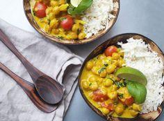 Köttfri måndag – Testa vegetarisk curry bowl med kikärtor, tomat och basilika. Mejerifritt, snabbt och supergott!! Servera med blomkålsris