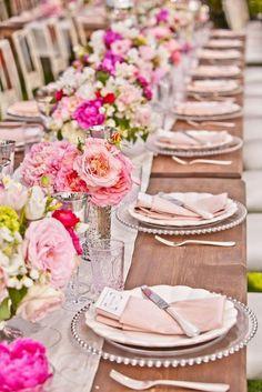 Mise en Place fiorita. Peonie di varie tonalità si abbinano a una tavola ordinata. Il runner centrale si abbina al legno naturale con un dolce contrasto. Attenzione a non impedire la visuale agli ospiti! #Dalani #Shabby #Wedding