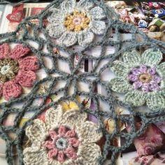 Jeg har hekler et annet teppe med blomster. Det er kvadratisk og måler ca 130•130 cm. Blomstene er hekler av restegarn, glittergarn og masse...