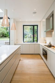 Browse photos of Minimalist Kitchen Design. Find ideas and inspiration for Minimalist Kitchen Design. Kitchen Diner Extension, Open Plan Kitchen, Wood Floor Kitchen, Kitchen Units, Kitchen Cabinets, Kitchen Grey, Long Kitchen, Dark Cabinets, Small Kitchen Diner
