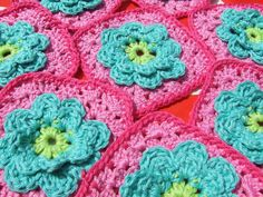 Granny square  patroon op http://petitefee-kinderaccessoires.blogspot.nl/2012/08/patroon-bloem-granny-flower-granny.html