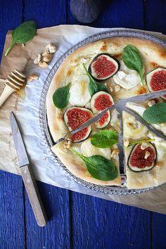 Pizza figues, chèvre frais, crème fraîche, pousses d'épinard et miel | Food Photography