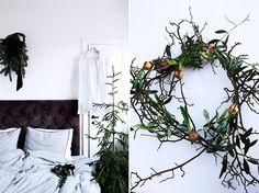 Weihnachten dekoriert Schlafzimmer und Weihnachtskranz von Zweigen und Zwiebelblumen