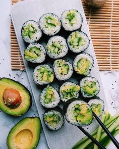VEGAN SUSHI ROLLS by foodwithcarmen Recipe: 1 cup white rice or sushi rice (cooked) 1 avocado 4 nori sheets 2 tablespoons sesame Think Food, I Love Food, Vegan Sushi Rolls, Sushi Roll Recipes, Avocado Rolls Sushi, Avocado Sushi Recipe, Avocado Toast, Plats Healthy, Vegetarian Recipes