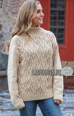 Вязаный спицами свитер реглан с красивым узором из кос