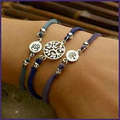 leather Tree of Life Charm Bracelet. de plata y cuero o gamuza a 35 soles....