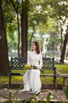 Ao Dai, Vietnamese Clothing, Asian Ladies, Hanfu, Modern Fashion, Asian Woman, Asian Beauty, Bench, Beautiful Women