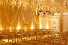 Vai casar e não sabe quais cores escolher para a decoração?Você não é a única! Nossa sugestão de hoje é apostar no b ranco com dourado , ...