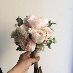 """""""#까셀 #웨딩부케 , #케이라부케. . 케이라 컬러는 랜덤..어느날은 핑크빛이 많고..어느날은 크림빛이 많고.. . #부케 #본식부케 #까셀부케 #잉글리쉬로즈부케 #케이라 #weddingflower #bridalbouquet #bouquet #flower"""""""