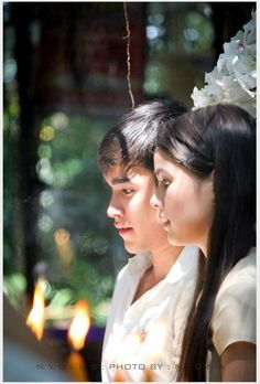 the hair clip that nadech was holding on is being clipped onto yaya's hair now. #sweetcouple #yadech