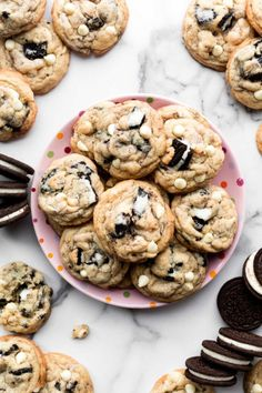 Oreo cookies and cream cookies on pink plate Cream Cheese Sugar Cookies, White Chocolate Chip Cookies, Cookies And Cream, Chocolate Chips, Almond Cookies, Baking Recipes, Cookie Recipes, Dessert Recipes, Baking Ideas