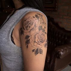 Stunning Floral Shoulder Tattoo Designs You Must Have - Page 35 of 52 - My list of best tattoo models Rose Tattoos For Women, Shoulder Tattoos For Women, Tattoos For Women Small, Small Tattoos, Tattoos For Guys, Flower Tattoos On Shoulder, Shoulder Piece Tattoo, Shoulder Sleeve Tattoos, Neue Tattoos