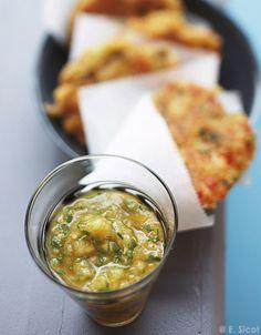 Recette Crabcakes et salsa à la mangue : Préparez la salsa : pelez et émincez l'oignon. Retirez les graines du piment et hachez-le. Coupez la mangue, l'a...