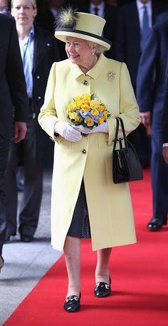 """『VOGUE』も脱帽。真のファッションリーダー""""エリザベス女王""""に隠された5つの掟   by.S"""