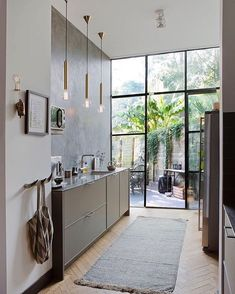 Minimal kitchen interior 10 things to make your home warmer without using a heater Minimal Kitchen, New Kitchen, Kitchen Modern, Kitchen Floor, Kitchen Post, Kitchen Bars, Contemporary Kitchens, Kitchen Ideas, Kitchen Cabinets