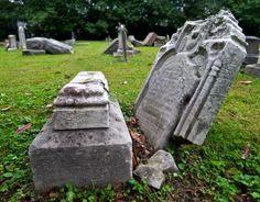 old-grave-at-cave-hill.jpg 550×431 pixels