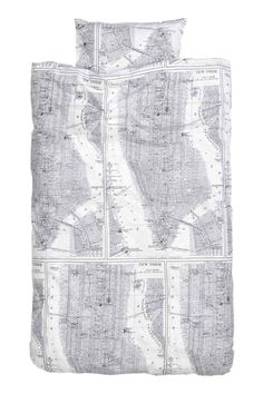 Vzorovaná sada povlečení: Sada povlečení na jednolůžko s tištěným vzorem z jemné bavlněné příze 30´s, dostava 144. Povlak na peřinu se dole zapíná na skryté kovové cvočky. Jeden povlak na polštář.