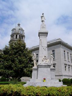 Leflore County Courthouse and Civil War Monument (Greenwood, Mississippi) by courthouselover, via Flickr