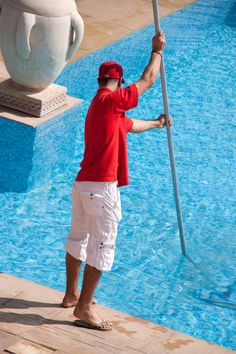 Easy Pool Cleaning Tips for your Spring Entertaining. Ensure your pool is clean and ready for guests with these helpful pool maintenance tips. Pool Cleaning Tips, Pool Cleaning Service, Pool Service, Diy Cleaning Products, Cleaning Hacks, Cleaning Services, Salt Water Pool Maintenance, Carbonate De Calcium, Calcium Deposits