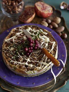 Brug efterårets knasende nødder til at lave en sprød nøddetærte. Her får du opskriften på en nøddetærte med hasselnødder, valnødder og mandler.