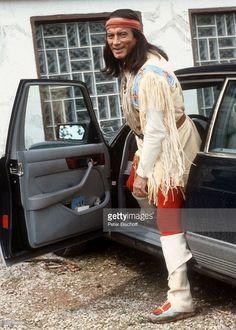 Pierre Brice (als 'Winnetou'), Proben für den 'Karl May-Film': 'Winnetou III', Elspe, Sauerland, Nordrhein-Westfalen, Deutschland, Europa, Indianer-Kostüm, Auto, 'Mercedes 500 SE', Schauspieler