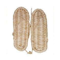 China: historia de sus zapatos.  En la antigüedad se crearon sandalias de paja de arroz tejidos con agujas de bambú y sujetos con hilo de lino, salvo las tribus nómades del norte, casi toda China usó zapatos o botas de paja confeccionados a mano por las mujeres.